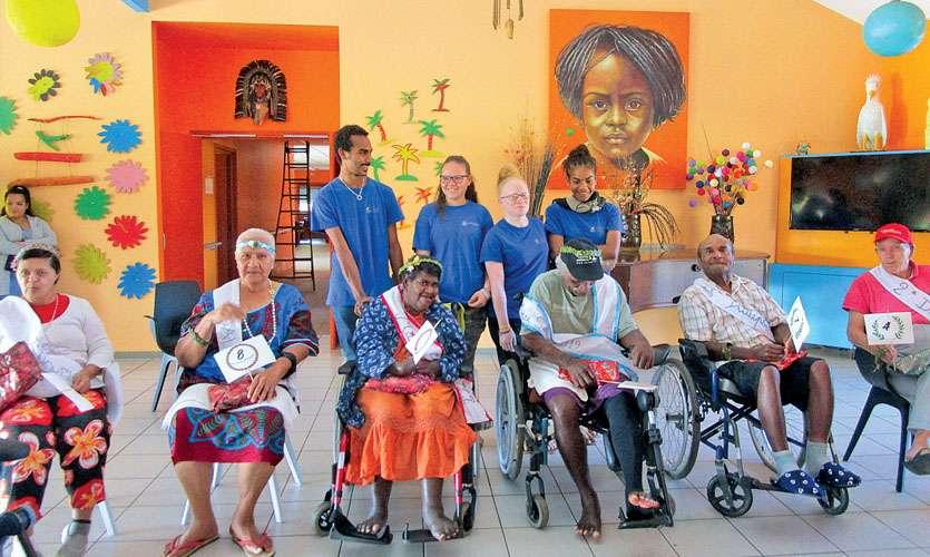 Justine et Elie (au centre) ont été couronnés Miss et Mister de cette première édition de Miss à la maison de retraite La Broussarde. Photo N.B.