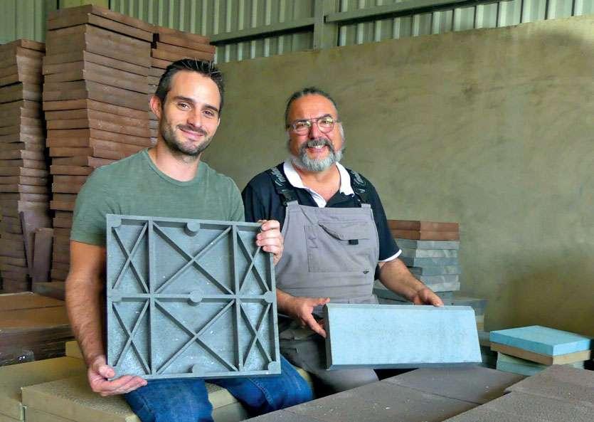 Clément Merzeau et Paul Ligeard ont fondé Ecopavement, dont les dalles coûtent entre 1 150 et 1 250 F. Photos A.T.