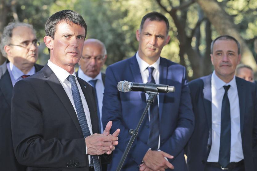 Cap Corse, lundi 4 juillet. Gilles Simeoni, le président autonomiste du conseil exécutif  de Corse (2e à d.), et Jean-Guy Talamoni, le président indépendantiste de l'Assemblée  de Corse (à d.), écoutent le discours du Premier ministre.