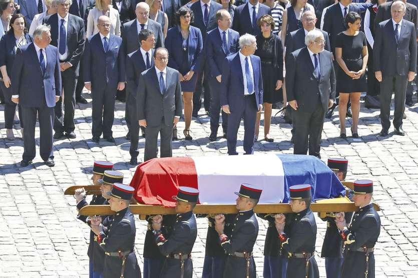 Paris, le 7 juillet. François Hollande et les membres du gouvernement se recueillent  au passage du cercueil de Michel Rocard dans la cour d'honneur de l'hôtel des Invalides.