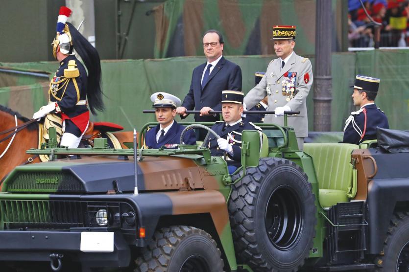 Paris, le 14 juillet. Le président François Hollande, et le chef d\'état-major des armées,  Pierre de Villiers (à droite), jeudi, lors du défilé sur les Champs-Elysées.