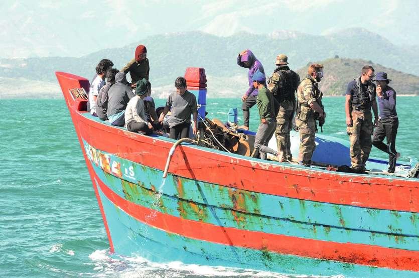 Trois bateaux de pêcheurs illégaux vietnamiens ont été laissés au mouillage près de Nouville. Mais une fois laissés  sans surveillance, deux d'entre eux ont pris la poudre d'escampette… Les forces armées étaient, hier, encore à leurs trousses.