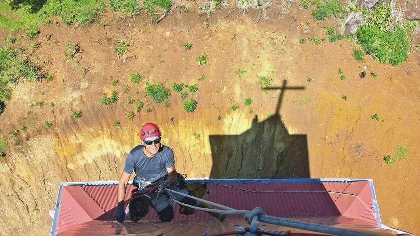 Les techniciens cordistes ont refait l'étanchéité partout sur le bâtiment principal et sur le clocher. L'installation d'une gouttière en zinc a été nécessaire.
