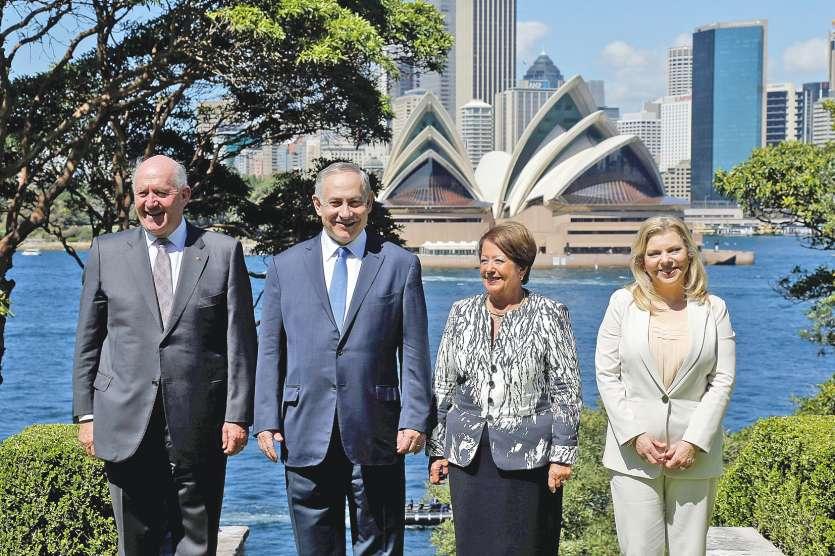 Benjamin Netanyahou (2e à gauche) et son épouse, Sara (à droite) posent devant l'opéra de Sydney avec le gouverneur général australien, Pete Cosgrove (à gauche) et son épouse.