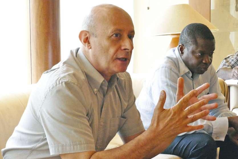 Robert Parneix, coordinateur des magistrats (à g.) et  Flavien Misoni, président de la délégation de l'ONU.