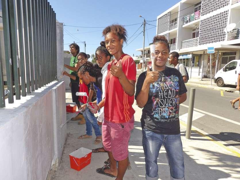 Les façades extérieures ont eu droit à un bon coup de peinture. Les élèves ont travaillé sous le regard du directeur.