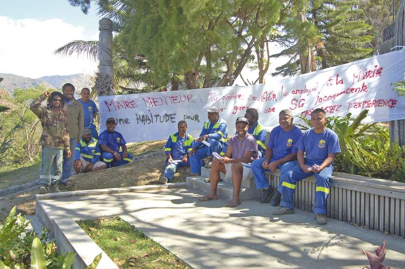 S'ils marquent de leur présence l'entrée de la mairie, les grévistes indiquent ne pas en bloquer l'accès aux agents  administratifs et à la population.