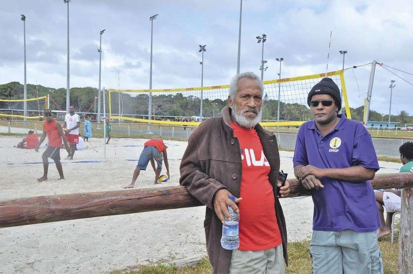 Samedi, sur le site de Taduremu, à Maré, pendant la Foire des îles, Macki Wea pose ici avec Steve Yeiwene, un dirigeant du volley à Maré. Le tournoi filles et garçons vient de démarrer.