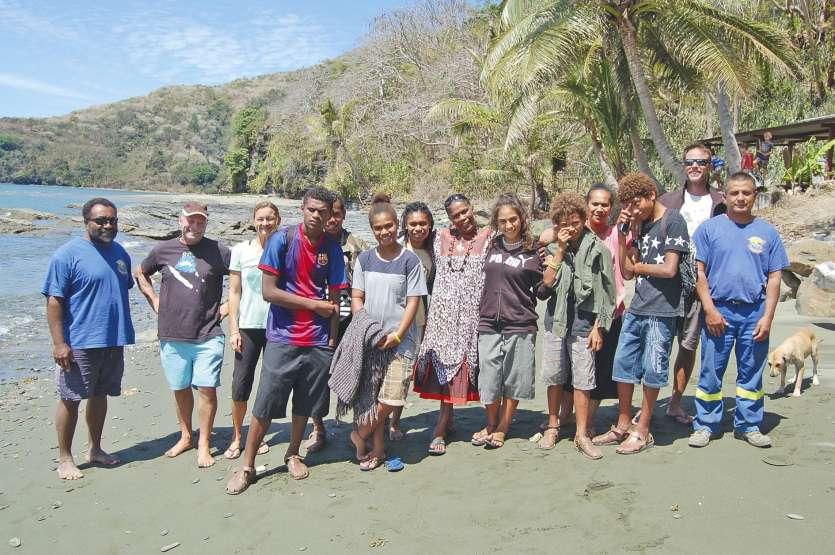 Le groupe avec Jacky (casquette marron à gauche à côté de Céline), les familles et l'équipe de la base nautique, sur la plage peu avant le départ.