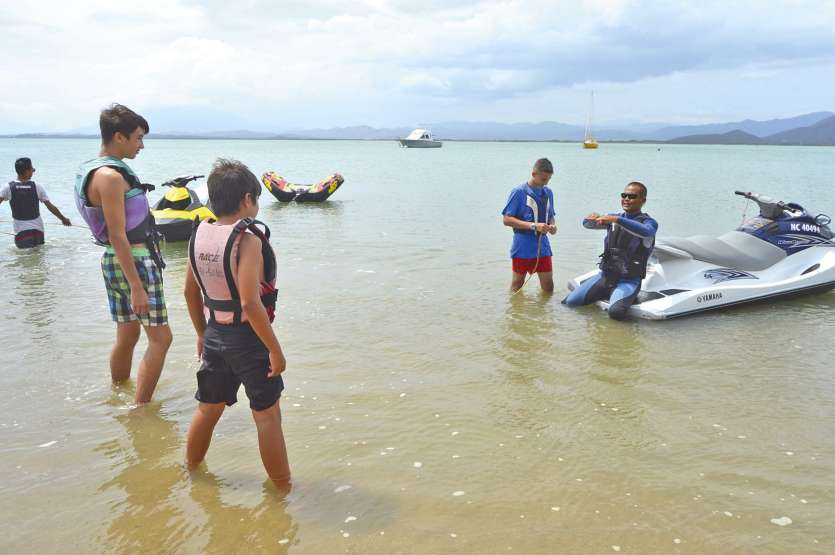 Les activités nautiques à Gatope, guidées par Max Kastavi (sur le jet-ski) ont eu du succès samedi. Visites de station d'élevage ou de l'écomusée étaient aussi programmées.