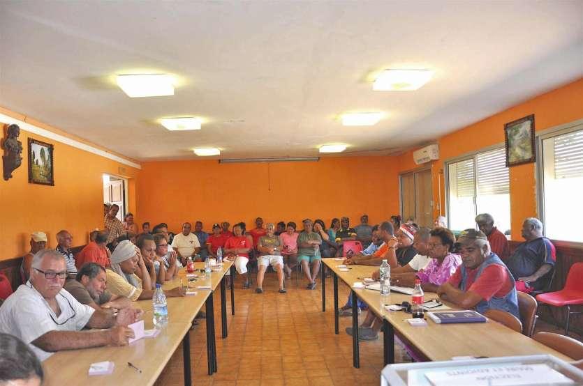 Dès l'ouverture, le public a envahi la salle du conseil municipal et les élus ont pris leur place.