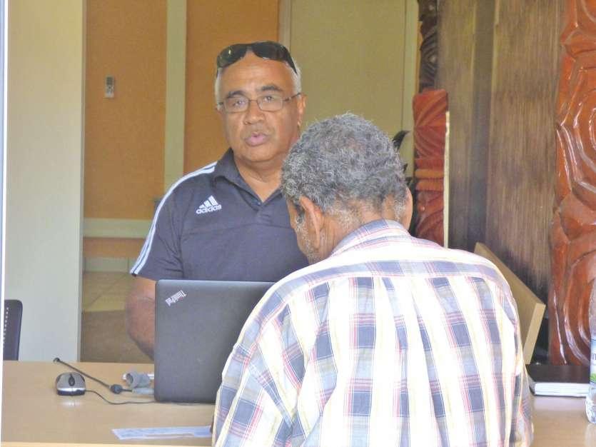 Yves Mataika tient une permanence en mairie pour accueillir les débiteurs. Ce vendredi-là, une seule personne a fait le déplacement.