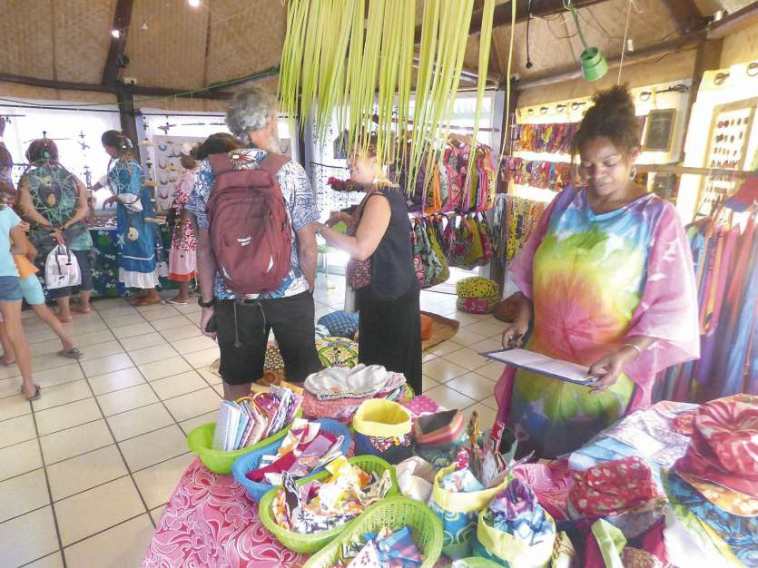 La couturière Les papillons de Lifou a présenté une large gamme de vêtements pour  enfants et des tissus peints à la main.