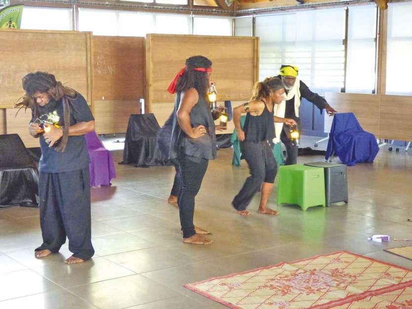 Deux représentations ont eu lieu, dont une au faré de la province des Îles.