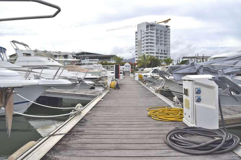 Pour l'heure, l'unique ponton du port contient 48 emplacements à flots. Sept paires de chaînes de plusieurs tonnes de corps-morts sont positionnées au fond de l'eau, tout au long du ponton, afin de le stabiliser.