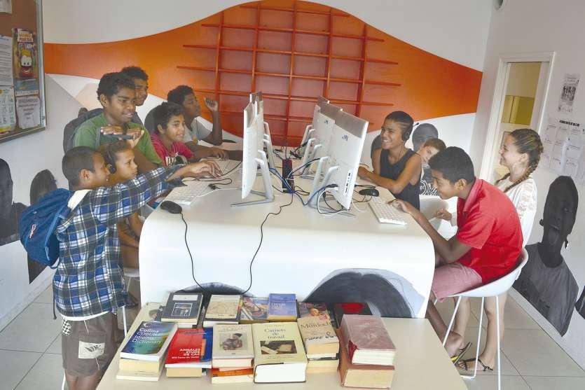 En dehors du temps scolaire, les jeunes des résidences aux alentours de Boulari ont fait de la médiathèque de Boulari leur nouveau Q.G. Si les postes informatiques ne désemplissent pas, les rayons de livres ne sont pas pour autant en reste.