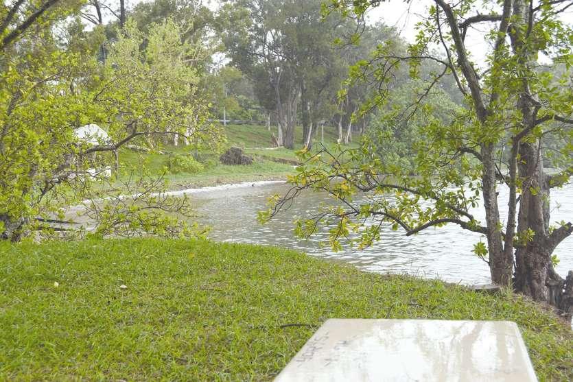De La Corniche à Plum, la baignade est interdite jusqu'à nouvel ordre. Et avec la pluie, hier, personne ne s'était risqué  à aller faire trempette.