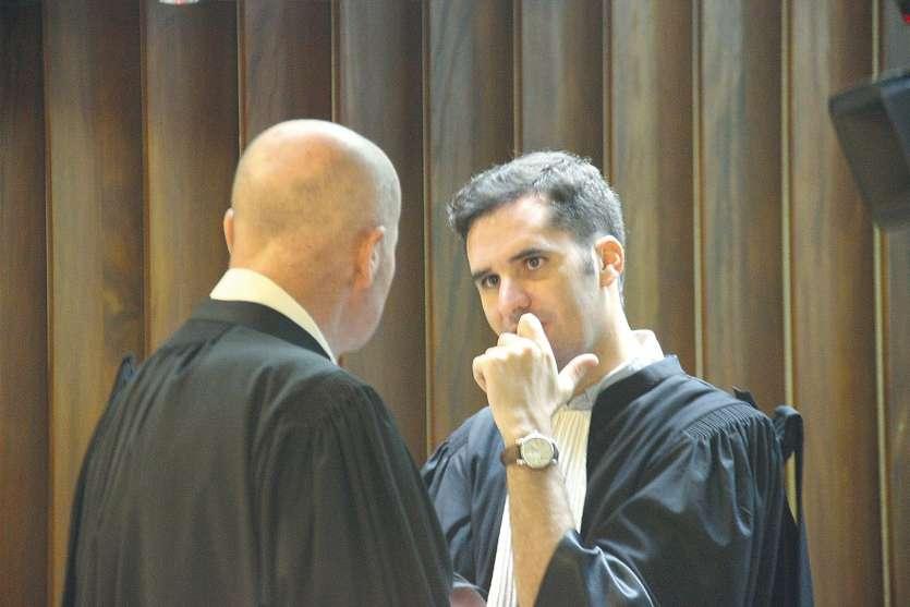 Hier, au tribunal correctionnel, les conseils de la défense, Mes Jacques Loye (de dos) et Martin Calmet, ont critiqué les  réquisitions du ministère public. « Les condamner à sept années de prison, cela n'a pas de sens », a souligné Me Calmet.