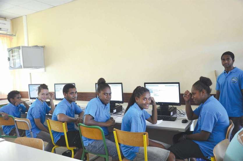 Parmi les nouveautés au collège, port de la tenue commune et salle d'informatique  équipée de quarante-neuf  ordinateurs nouvellement achetés et installés.