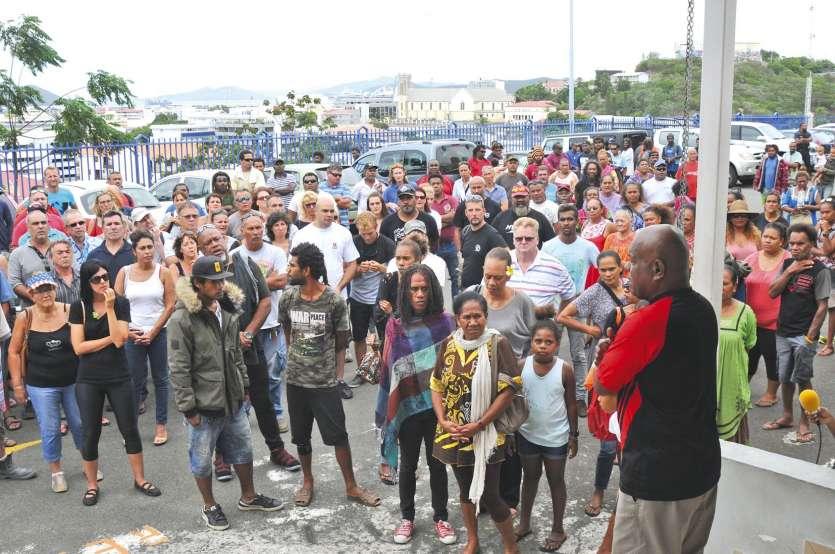 Plus d'une centaine de personnes ont tenu à se rendre au palais de justice en solidarité avec cet habitant de Canala.