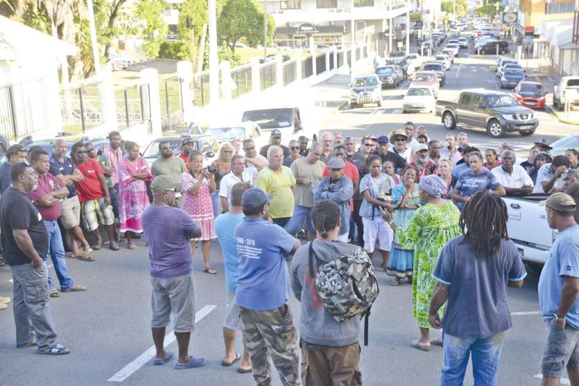De nombreuses personnes ont protesté devant le haussariat contre l\'incarcération de Noël Booéné et pour dénoncer « l\'inactivité des autorités dans la lutte contre la délinquance.»