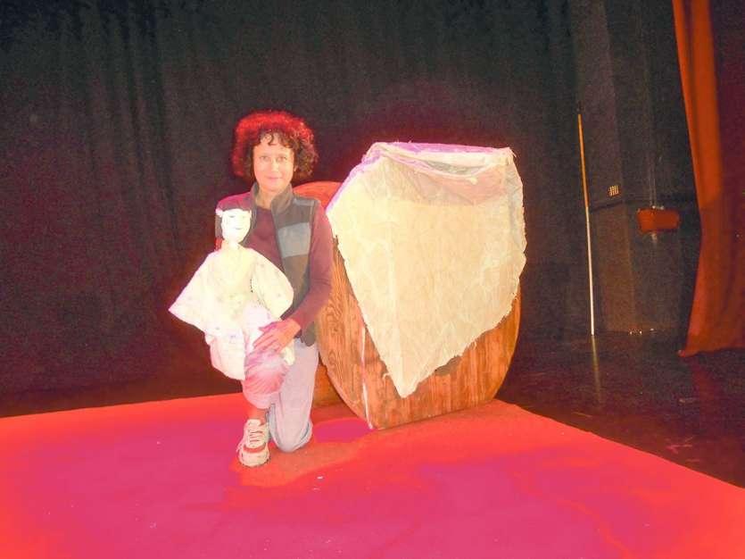 Sur scène, Marie M. raconte son histoire accompagnée de sa marionnette.