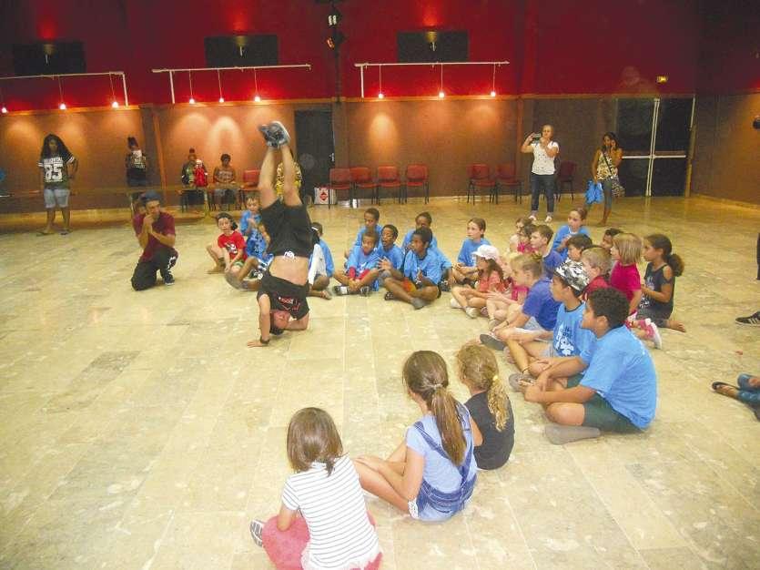 Dans la salle du centre socioculturel, les jeunes ont assisté et participé à une démonstration de danse hip-hop, proposée par les artistes invités à l'occasion de la Quinzaine du hip-hop.