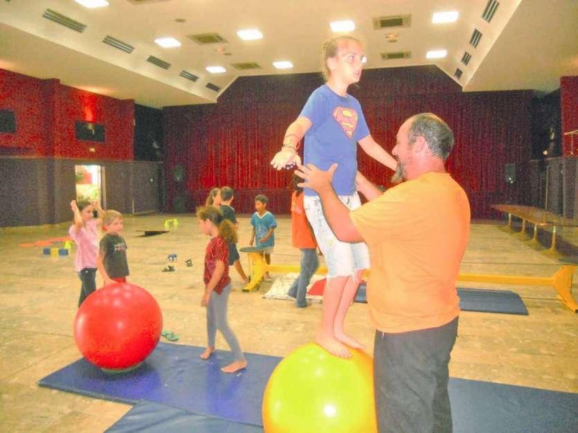 Pour cette nouvelle session du centre aéré sur le thème du cirque, tout a été question d'équilibre au cours de la semaine. Cet atelier consistait à se maintenir sur un ballon en piétinant de façon constante afin de garder son équilibre.