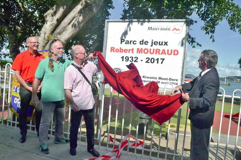 Le panneau du parc Robert-Mouraud, installé par la mairie, a été dévoilé samedi matin en présence de proches, d'élus municipaux et de nombreux membres du Kiwanis.