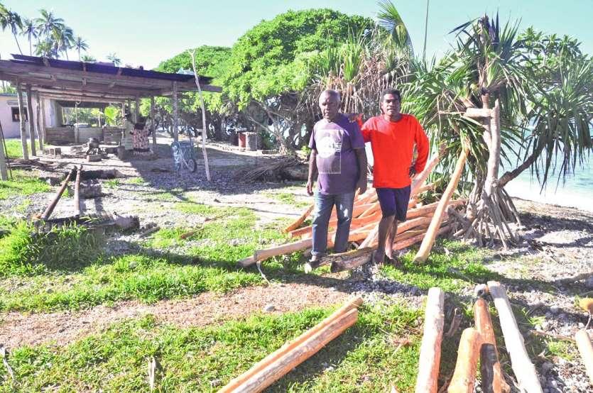 Le grand chef Wanaro (en rouge) et Pa Kura, « un ancien toujours là, fidèle au poste », participent aussi  aux préparatifs. Photos S.M.