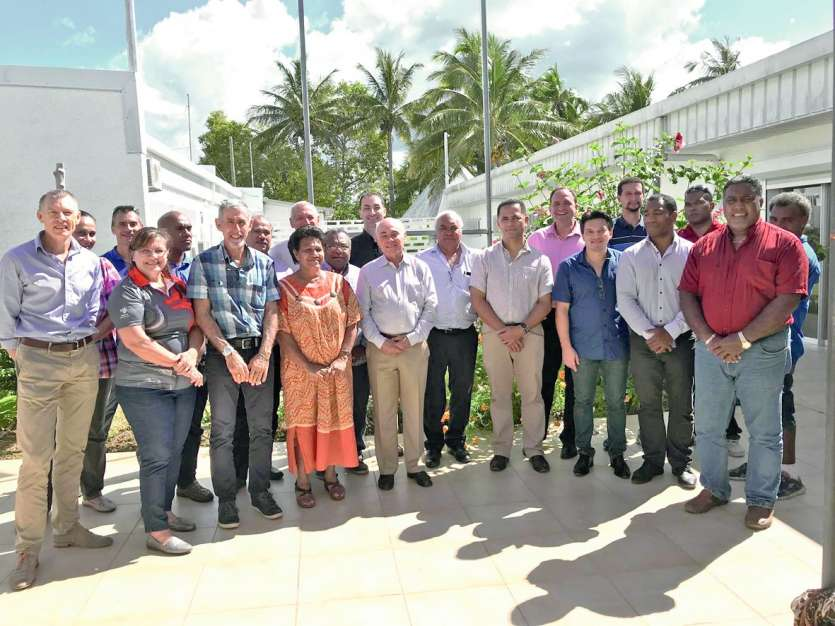 L'ensemble des participants à la sortie de la réunion, qui a eu lieu dans la salle des archives de la province.Photo M.G.