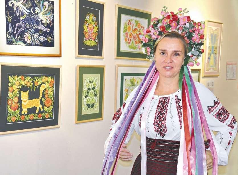 Nataliya Tretyachenko en costume traditionnel ukrainien pour clôturer l'exposition. Photos S.M.