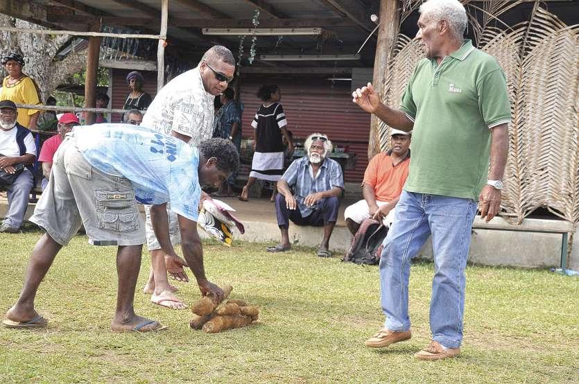 Depuis vendredi, les résidents affluent pour présenter leur participation à la grande chefferie auprès du fils César Yeiwene ou de ses porte-parole, dont Ora Lakoredine (barbe blanche en arrière-plan). Photos S.M.