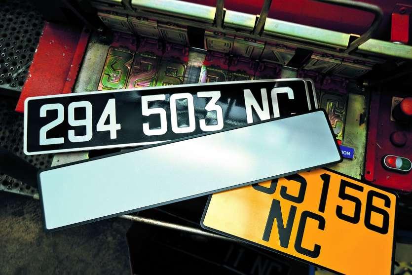 Les plaques des véhicules nouvellement immatriculés devront être conformes dès leur mise en circulation, selon le gouvernement. Photo Thierry Perron