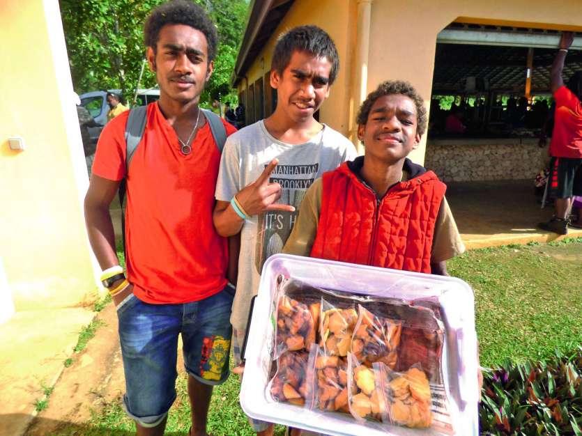 Les collégiens ont proposé une vente de pâtisseries  au marché. Photo M.G.