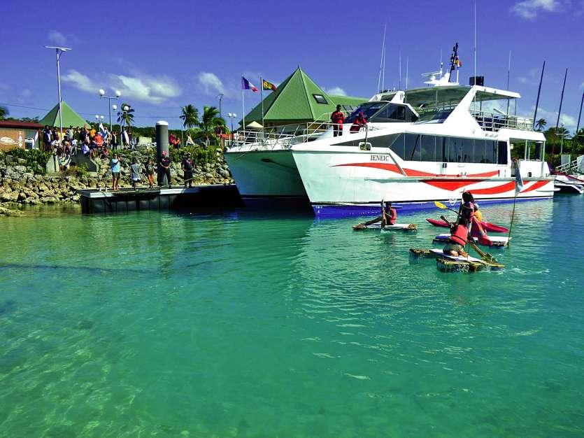 Enseignements, parents, amis et visiteurs ont assisté à cet exploit à la marina de Wé. Photos M.G.