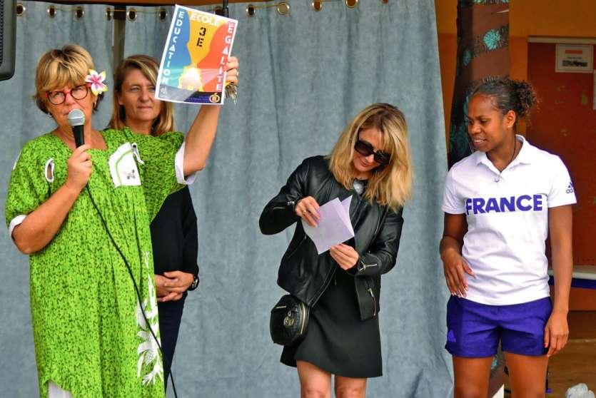 Véronique Lehoullier (en noir), vient de remettre le label EEE à Murielle Magne (robe verte), directrice d'établissement sous le regard de Yolaine Yengo Laurent (à droite) et d'Emmanuelle Dubois (en arrière-plan), la nouvelle directrice du collège de Tadi