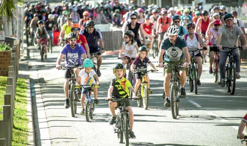 Comme ici en juin, lors de la Fête du vélo, les balades en groupes se multiplient. Une façon pour les Nouméens de se réapproprier leur ville, le plus souvent encombrée de voitures. Photo Archives LNC