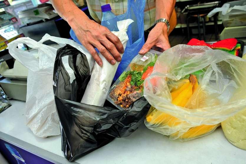 « L'impact est tel, qu'aujourd'hui des scientifiques suggèrent que les sacs plastique tueraient plus d'espèces que le réchauffement climatique » remarque le parti des députés. Photo Julien Cinier