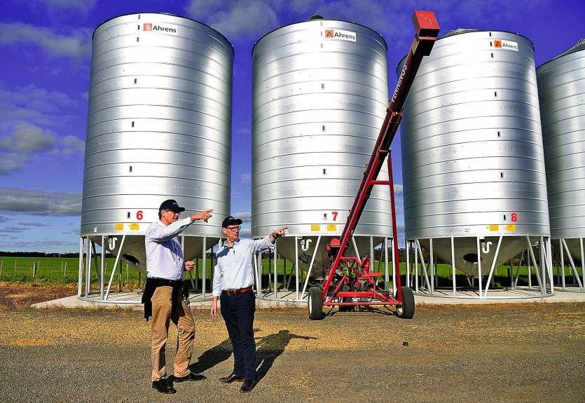 Le président de la coopérative agricole française Vivescia Christoph Buren (à g.) et le PDG de Malteurop Australie-Nouvelle-Zélande, Trevor Perryman, devant des silos à grains près d\'Inverleigh, à 90 km de Melbourne.Photo AFP