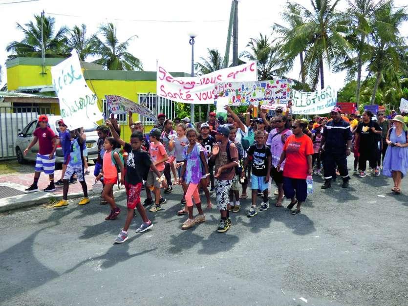 Les élèves des écoles près de Wé, munis de banderoles, ont effectué une marche jusqu'à la baie de Chateaubriand. Vendredi, en partenariat entre les structures de santé et les associations locales, deux manifestations se sont déroulées, l'une à Wé et l'aut