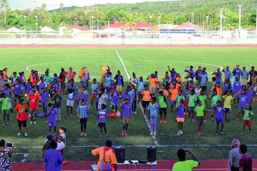 Tous les enfants sont allés sur le terrain de football pour interpréter la « danse du soldat » afin de saluer les organisateurs et les parents qui sont venus assister à cette première édition du tournoi Hnemelöm.