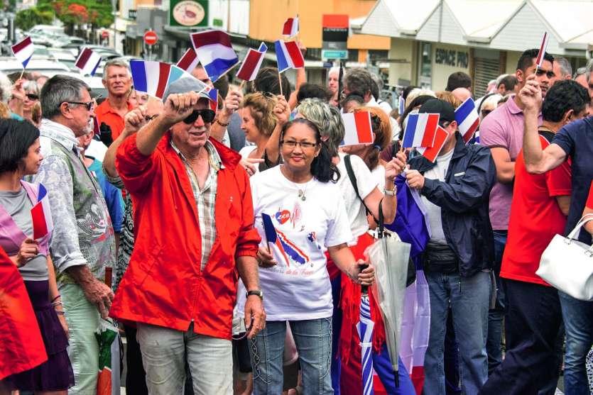 Hier, les drapeaux tricolores ont envahi les abords du haussariat lors du premier rassemblement du collectif Plus jamais sans ma voix. Photo Julien Cinier et A.T.