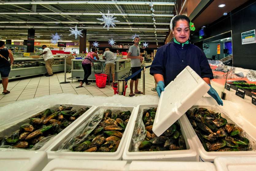Arrivées le matin même de Nouvelle-Zélande, huîtres et moules ont très vite gagné hier les étals de grandes surfaces. Photos Julien Cinier