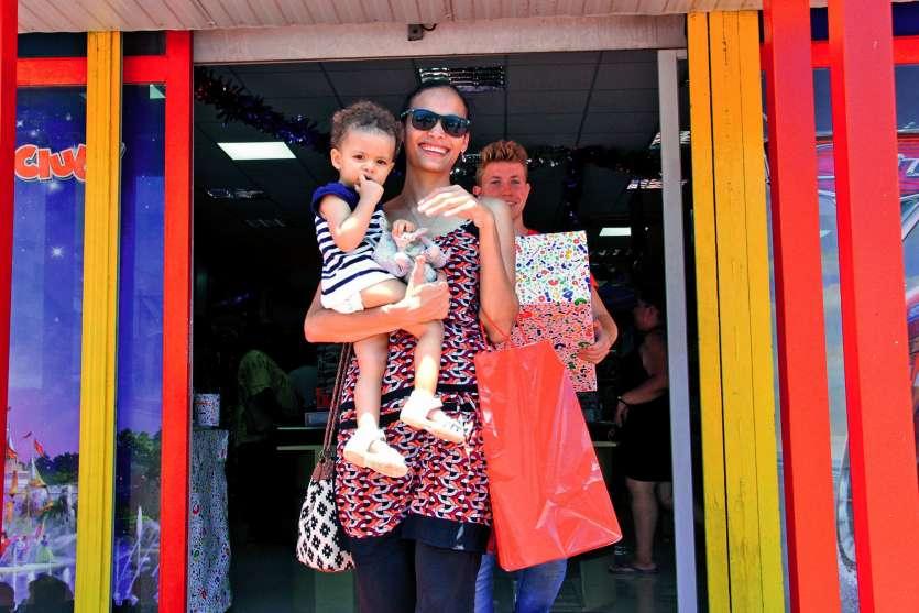 Tout au long du week-end, les parents sont sortis des magasins, comme ici à Joué Club, les bras chargés de petits et de gros cadeaux. Photo J.-A. G.-L.