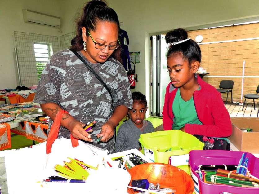 Samedi, les familles sont venues s'enquérir des dernières fournitures qui leur manquent à la veille  de la rentrée scolaire. Photo K.P.