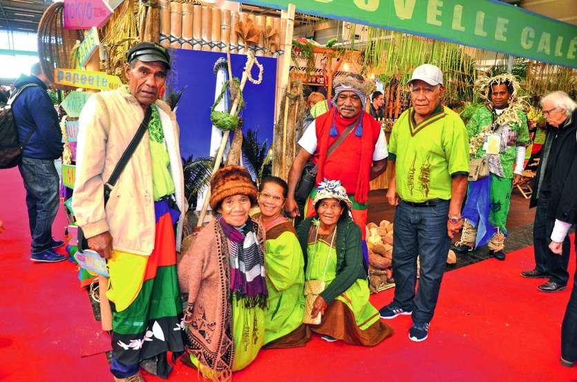 Les six Maréens de la délégation loyaltienne, réunis autour du président de comité de foire Nengone, Pa Cawi (à gauche), ont pu présenter leurs très grandes ignames, leurs fruits et légumes cultivés traditionnellement et leurs savoir-faire en matière de t