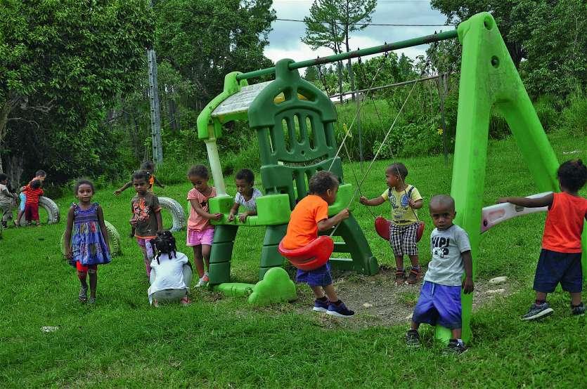 Les enfants de l'école maternelle jouent, après le déjeuner, dans l'aire de jeux.Photo I.C.