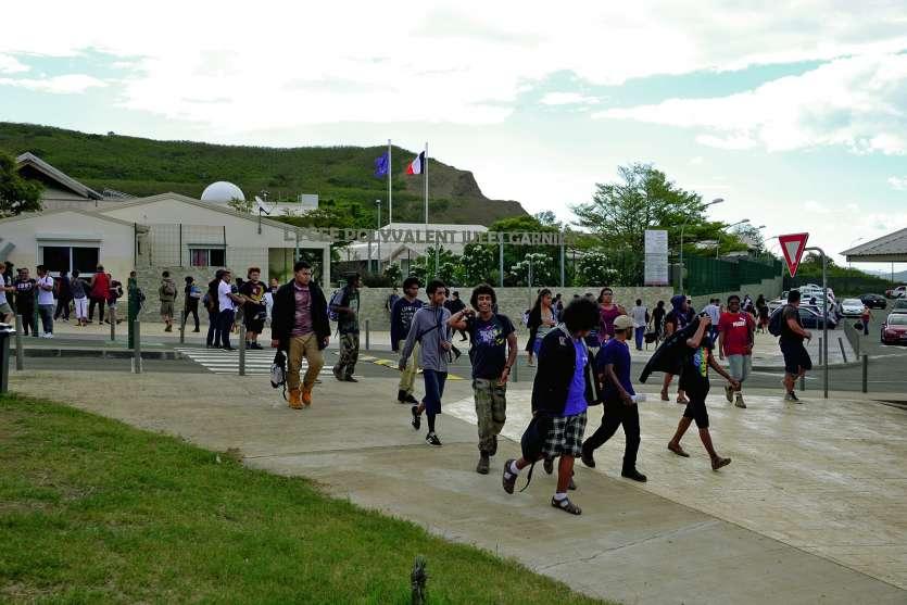 Si des affrontements ont eu lieu vendredi devant Jules-Garnier, l'établissement avait retrouvé son calme hier. Photo T.P.