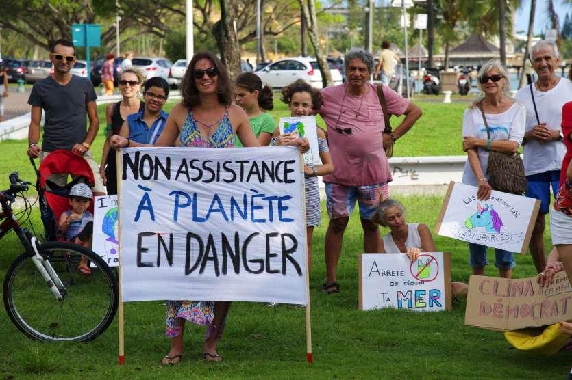 La petite manifestation, rejointe par une poignée de lycéens, a tourné autour du parc du complexe la Promenade.            Cyril Terrien